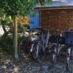 Des vélos (anciens) sont à disposition. deux peuvent être équipés d'un siège enfant (neuf).